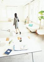 出勤前のデスクと女性 11007029917| 写真素材・ストックフォト・画像・イラスト素材|アマナイメージズ