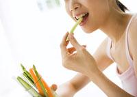 野菜ステッィクを食べる女性