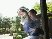 浴衣姿の女性と金魚鉢