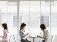 カフェの女性 11007033839| 写真素材・ストックフォト・画像・イラスト素材|アマナイメージズ
