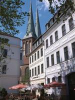 ニコライ教会と街角のカフェ