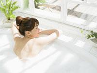 入浴する女性