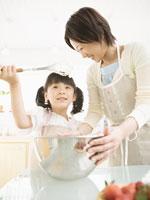 菓子作りをする母子