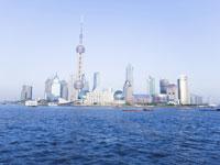 上海タワーと青空