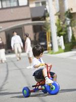 三輪車に乗る男の子 11007054805| 写真素材・ストックフォト・画像・イラスト素材|アマナイメージズ