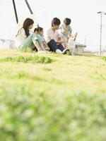 芝生に座る親子 11007054894| 写真素材・ストックフォト・画像・イラスト素材|アマナイメージズ