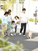 犬の散歩をする家族