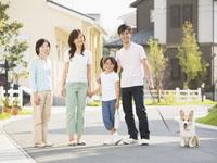 犬の散歩をする家族 11007054910| 写真素材・ストックフォト・画像・イラスト素材|アマナイメージズ