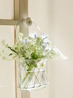 ドアに掛けられた花