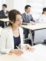研修中のビジネスウーマン 11007056245| 写真素材・ストックフォト・画像・イラスト素材|アマナイメージズ
