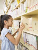 本を選ぶ小学生