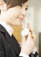 電話をかける秘書 11007056809| 写真素材・ストックフォト・画像・イラスト素材|アマナイメージズ