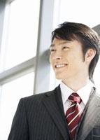笑顔のビジネスマン 11007056886| 写真素材・ストックフォト・画像・イラスト素材|アマナイメージズ