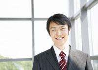 笑顔のビジネスマン 11007056887| 写真素材・ストックフォト・画像・イラスト素材|アマナイメージズ
