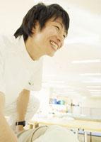 笑顔の理学療法士 11007057205  写真素材・ストックフォト・画像・イラスト素材 アマナイメージズ