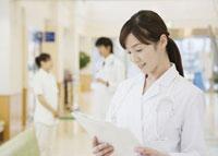 カルテを確認する女医 11007057263  写真素材・ストックフォト・画像・イラスト素材 アマナイメージズ