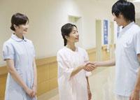 握手をする患者と看護師