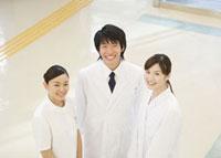 笑顔の医師と看護師 11007057280  写真素材・ストックフォト・画像・イラスト素材 アマナイメージズ