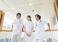 医師と看護師 11007057283  写真素材・ストックフォト・画像・イラスト素材 アマナイメージズ