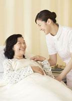 笑顔の看護師と患者 11007057286  写真素材・ストックフォト・画像・イラスト素材 アマナイメージズ
