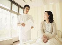 笑顔の看護師と入院患者