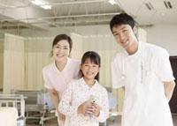 笑顔の看護師と入院患者 11007057301  写真素材・ストックフォト・画像・イラスト素材 アマナイメージズ