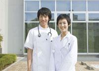 笑顔の女医と看護師
