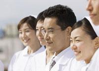 笑顔の医師と看護師 11007057348  写真素材・ストックフォト・画像・イラスト素材 アマナイメージズ