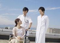 車椅子の患者と医師