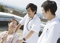 笑顔の車椅子の患者と医師