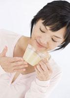 生姜湯を飲む女性