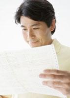 健康診断書を見る男性