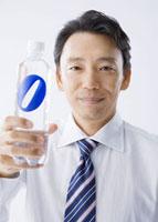 ペットボトルを持つ男性
