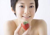 イチゴを持つ女性 11007057541| 写真素材・ストックフォト・画像・イラスト素材|アマナイメージズ