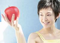リンゴを持つ女性 11007057547| 写真素材・ストックフォト・画像・イラスト素材|アマナイメージズ
