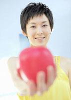 リンゴを持つ女性 11007057548| 写真素材・ストックフォト・画像・イラスト素材|アマナイメージズ