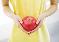 リンゴを持つ女性 11007057549| 写真素材・ストックフォト・画像・イラスト素材|アマナイメージズ
