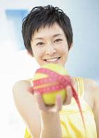リンゴを持つ女性 11007057550| 写真素材・ストックフォト・画像・イラスト素材|アマナイメージズ
