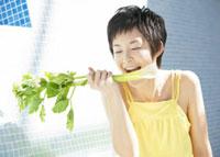 セロリを食べる女性