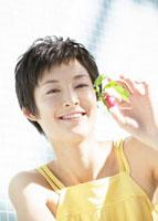 ラディッシュを持つ女性 11007057553| 写真素材・ストックフォト・画像・イラスト素材|アマナイメージズ
