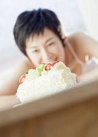 ケーキを見つめる女性 11007057554| 写真素材・ストックフォト・画像・イラスト素材|アマナイメージズ