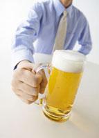 ビールを持つ男性 11007057574| 写真素材・ストックフォト・画像・イラスト素材|アマナイメージズ