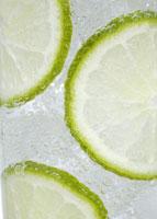 フルーツ入りの炭酸飲料 11007057733| 写真素材・ストックフォト・画像・イラスト素材|アマナイメージズ