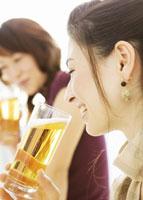 ビールを飲む女性 11007057754| 写真素材・ストックフォト・画像・イラスト素材|アマナイメージズ