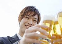 乾杯をする男性