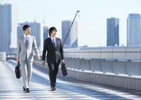 歩くビジネスマン 11007058122| 写真素材・ストックフォト・画像・イラスト素材|アマナイメージズ