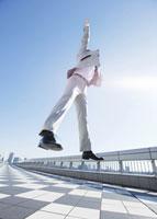 ジャンプをするビジネスマン 11007058137| 写真素材・ストックフォト・画像・イラスト素材|アマナイメージズ