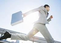 走るビジネスマン 11007058142| 写真素材・ストックフォト・画像・イラスト素材|アマナイメージズ