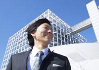 見上げるビジネスマン 11007058149| 写真素材・ストックフォト・画像・イラスト素材|アマナイメージズ