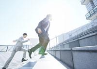 階段を駆け上がるビジネスマン 11007058153| 写真素材・ストックフォト・画像・イラスト素材|アマナイメージズ
